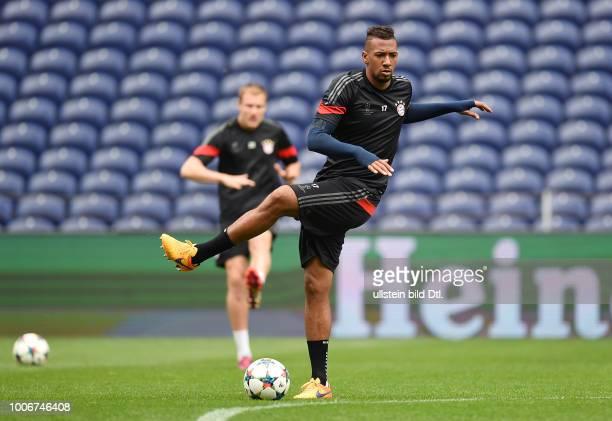 Porto FC Bayern Muenchen Abschlusstraining FC Bayern Muenchen im Stadion Dragao Jerome Boateng bei Dehnuebungen