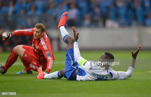 FUSSBALL CHAMPIONS FC Porto FC Bayern Muenchen Jackson Martinez liegt auf dm Boden und fordert vom Schiedsrichter Elfmeter Torwart Manuel Neuer