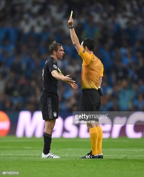 Porto FC Bayern Muenchen Philipp Lahm reklamiert bei Schiedsrichter Carlos Velasco Carballo der ihm nebenbei noch die Gelbe Karte zeigt