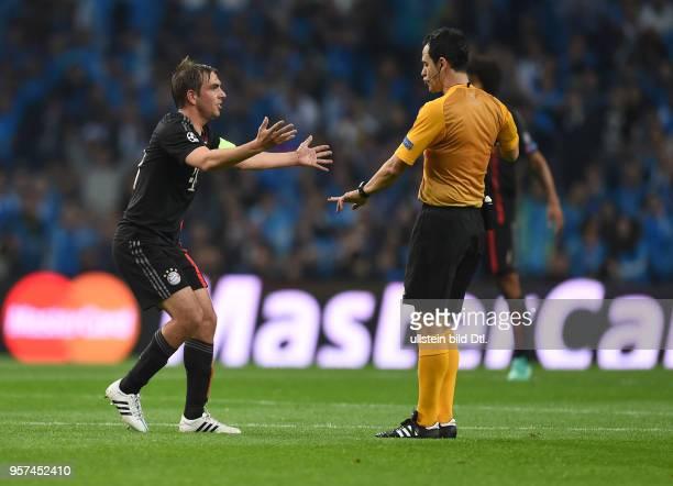 Porto FC Bayern Muenchen Philipp Lahm reklamiert bei Schiedsrichter Carlos Velasco Carballo
