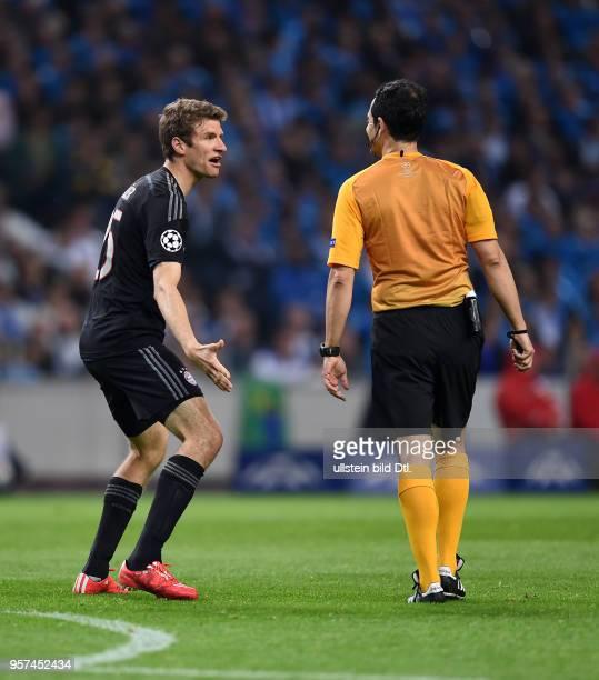Porto FC Bayern Muenchen Thomas Mueller reklamiert bei Schiedsrichter Carlos Velasco Carballo