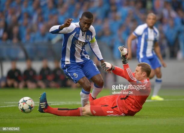 Porto FC Bayern Muenchen Torwart Manuel Neuer foult Jackson Martinez Der Schiedsrichter entscheidet auf Elfmeter