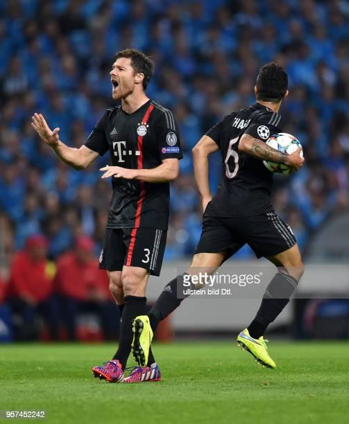 Porto FC Bayern Muenchen Xabi Alonso und Thiago Alcantara freuen sich nach dem Anschlusstreffer zum 21