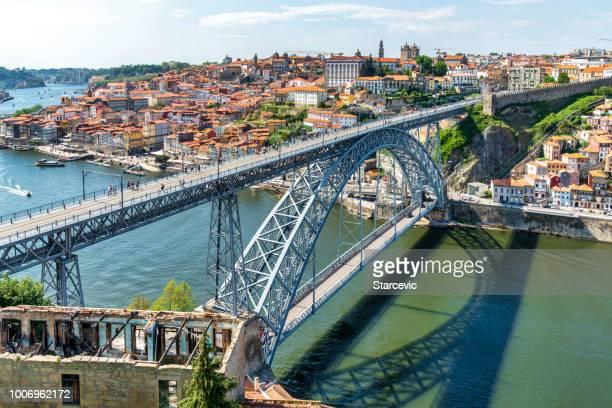 horizonte de porto, portugal con puente de dom luis - porto fotografías e imágenes de stock