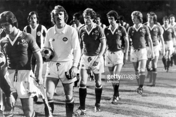 Porto v Manchester United European Cup Winners Cup 1st leg match at The Estádio do Dragão Porto Portugal 19th October 1977 Martin Buchan Manchester...