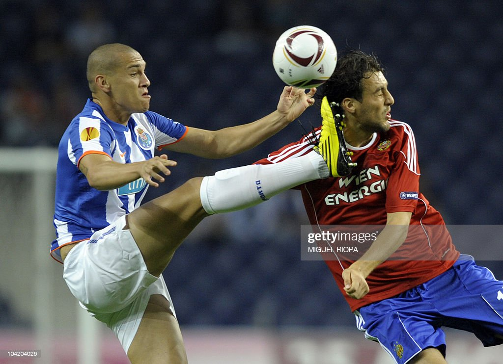 FC Porto's Brazilian defender Maicon Roque (L) vies with Rapid Vienna's forward Atdhe Nuhiu (R) during their UEFA Europa League football match at the Dragao Stadium in Porto, on September 16, 2010.
