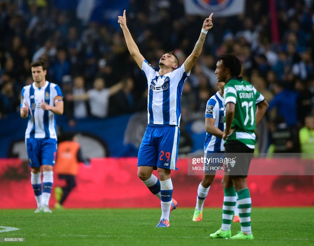 Porto's Brazilian forward Soares (C) celebrates after scoring his second goal during the Portuguese league football match FC Porto vs Sporting CP at the Dragao stadium in Porto on February 4, 2017. / AFP / MIGUEL