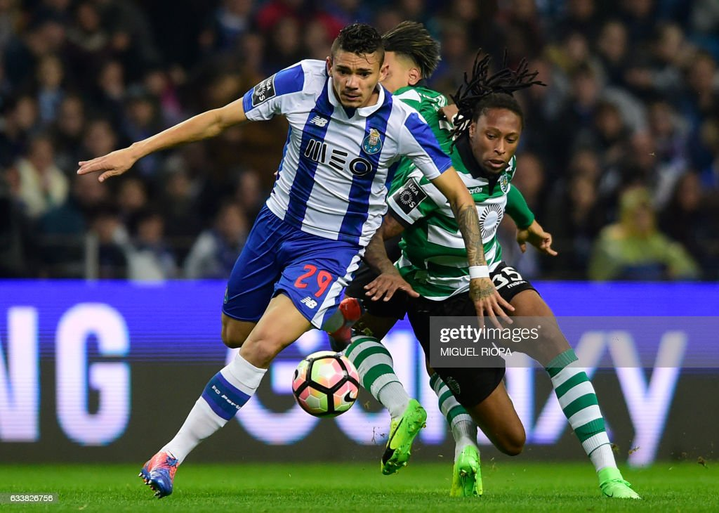 TOPSHOT - Porto's Brazilian forward Soares (L) vies with Sporting's defender Ruben Semedo during the Portuguese league football match FC Porto vs Sporting CP at the Dragao stadium in Porto on February 4, 2017. /