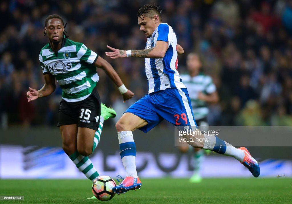 Porto's Brazilian forward Soares (R) vies with Sporting's defender Ruben Semedo before scoring his second goal during the Portuguese league football match FC Porto vs Sporting CP at the Dragao stadium in Porto on February 4, 2017. / AFP / MIGUEL