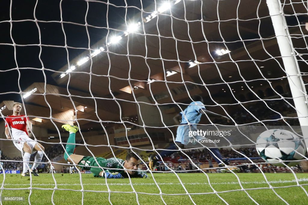 Porto's Cameroonian forward Aboubakar (1st-R) scores a goal during the UEFA Champions eague Group G football match AS Monaco FC vs FC Porto on September 26, 2017 at the Louis II stadium in Monaco. /