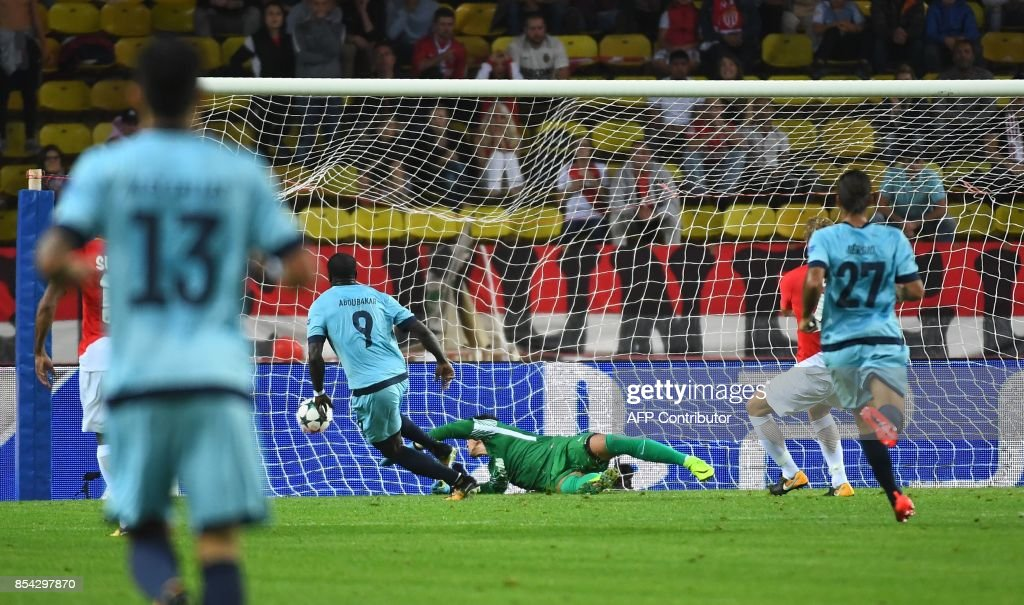 Porto's Cameroonian forward Aboubakar (2nd-L) scores a second goal during the UEFA Champions League Group G football match AS Monaco FC vs FC Porto on September 26, 2017 at the Louis II stadium in Monaco. / AFP PHOTO / Anne-Christine POUJOULAT