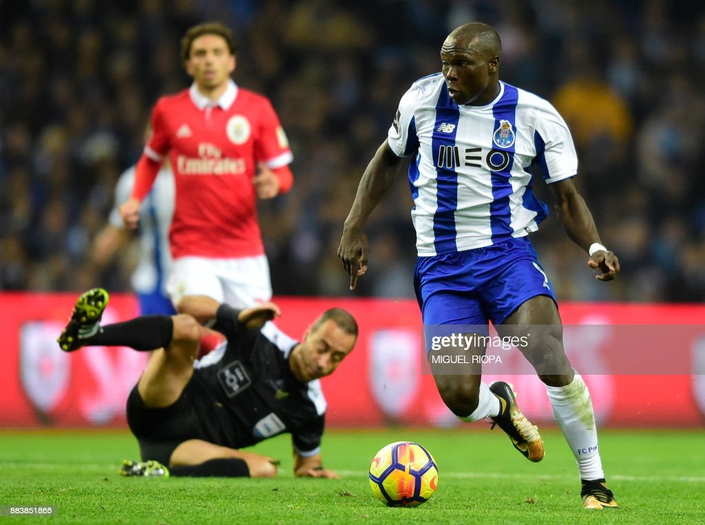Porto's Cameroonian forward Vincent Aboubakar (R) runs with the ball as Portuguese referee Jorge Sousa falls down during the Portuguese league football match FC Porto vs SL Benfica at the Dragao stadium in Porto, on December 1, 2017. /