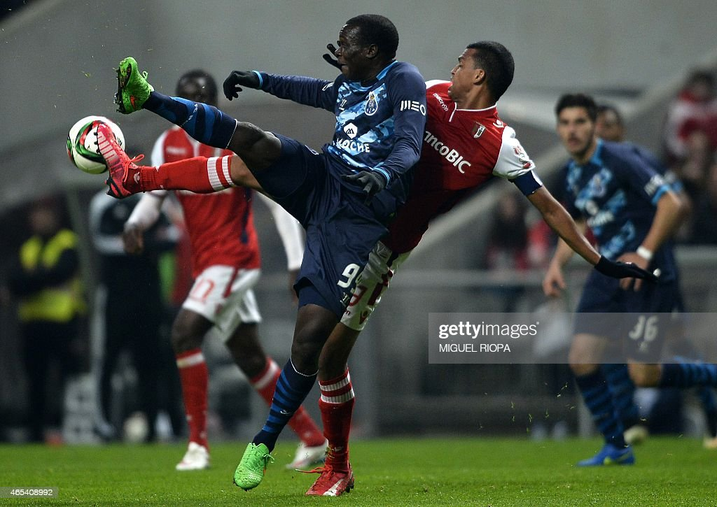 Porto's Cameroonian forward Vincent Aboubakar (L) vies with Braga's Brazilian defender Aderlan Santos during the Portuguese league football match SC Braga vs FC Porto at the Municipal stadium in Braga on March 6, 2015. Porto won the match 1-0.