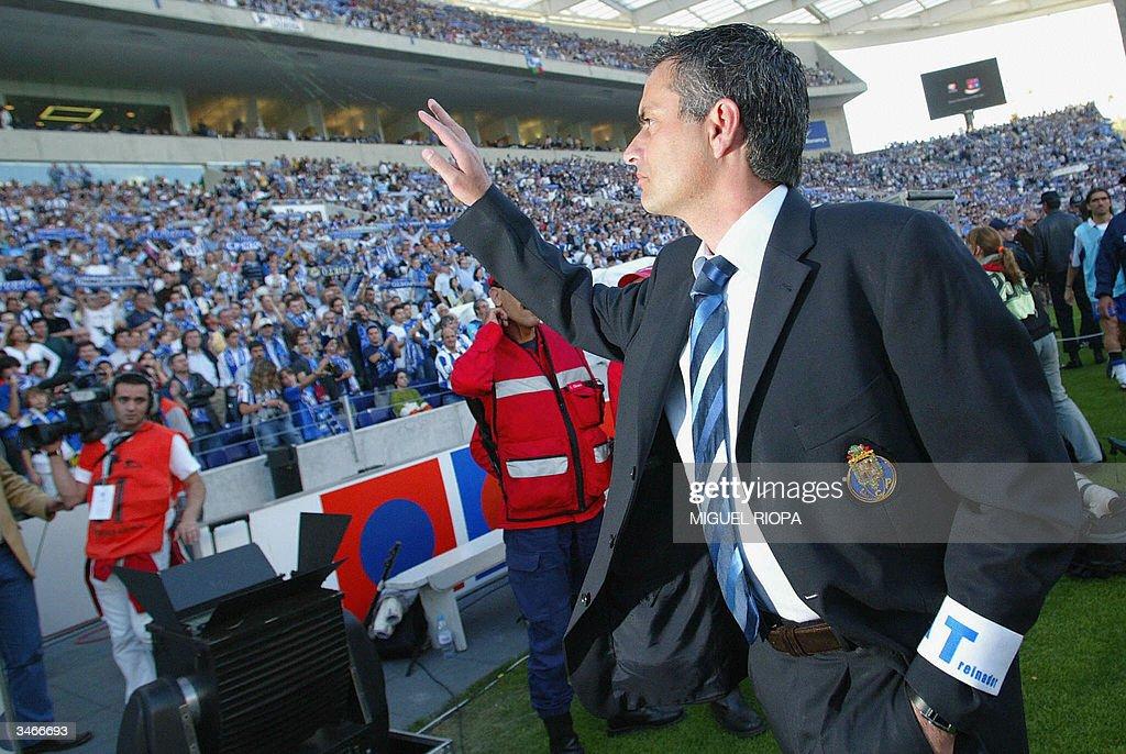 FC Porto's coach Jose Mourinho salutes t : News Photo