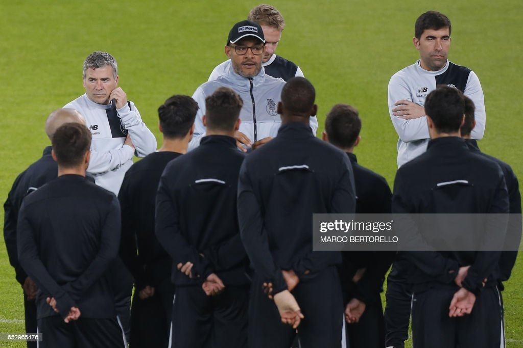 Porto's coach Nuno Espirito Santo from Portugal (C) leads a training session on the eve of the UEFA Champions League football match Juventus Vs FC Porto on March 13, 2017 at the 'Juventus Stadium' in Turin. / AFP PHOTO / Marco BERTORELLO