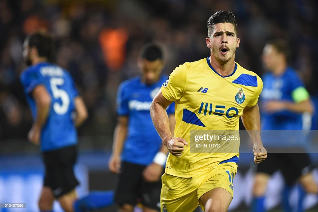 Porto's forward Andre Silva celebrates after scoring a last minute penalty kick during the UEFA Champions League groug G football match Club Brugge vs FC Porto on October 18, 2016 at the Jan-Breydel stadium in Bruges. / AFP / JOHN