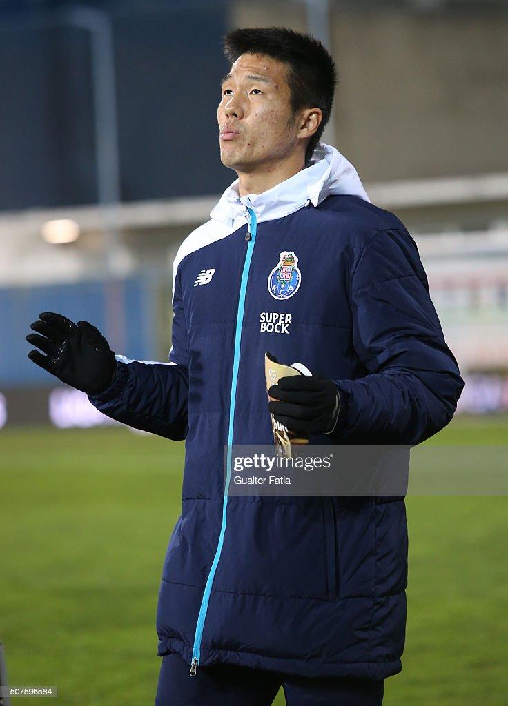 FC Porto's forward from South Korea Suk Hyun-Jun before the start of the Primeira Liga match between GD Estoril Praia and FC Porto at Estadio Antonio Coimbra da Mota on January 30, 2016 in Estoril, Portugal.