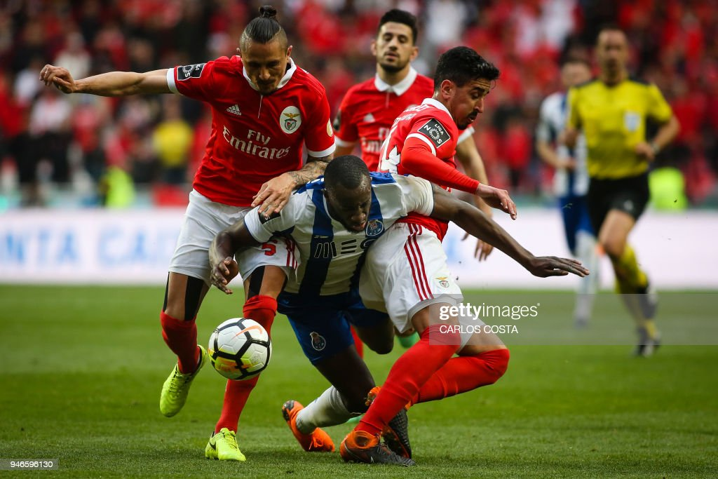 Porto's Malian forward Moussa Marega (C) vies with Benfica's Serbian midfielder Ljubomir Fejsa (L) and Benfica's defender Andre Almeida during the Portuguese league footbal match between SL Benfica and FC Porto at the Luz stadium in Lisbon on April 15, 2018. /
