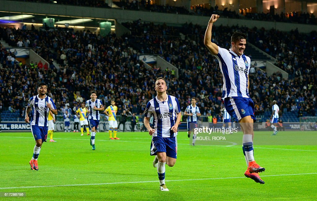 Porto's midfielder Andre Silva (R) celebrates after scoring a goal during the Portuguese league football match FC Porto vs FC Arouca at the Dragao stadium in Porto on October 22, 2016. / AFP / MIGUEL