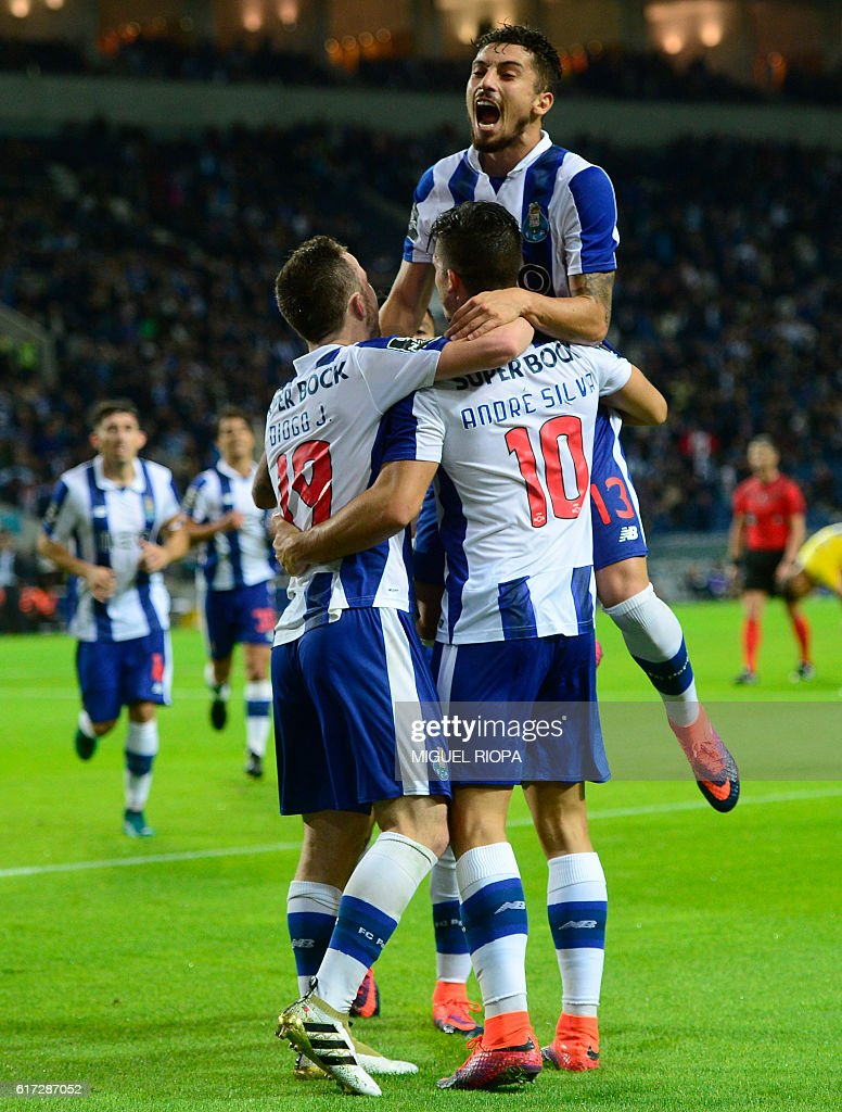 Porto's midfielder Andre Silva (R) celebrates with teammates after scoring a goal during the Portuguese league football match FC Porto vs FC Arouca at the Dragao stadium in Porto on October 22, 2016. / AFP / MIGUEL