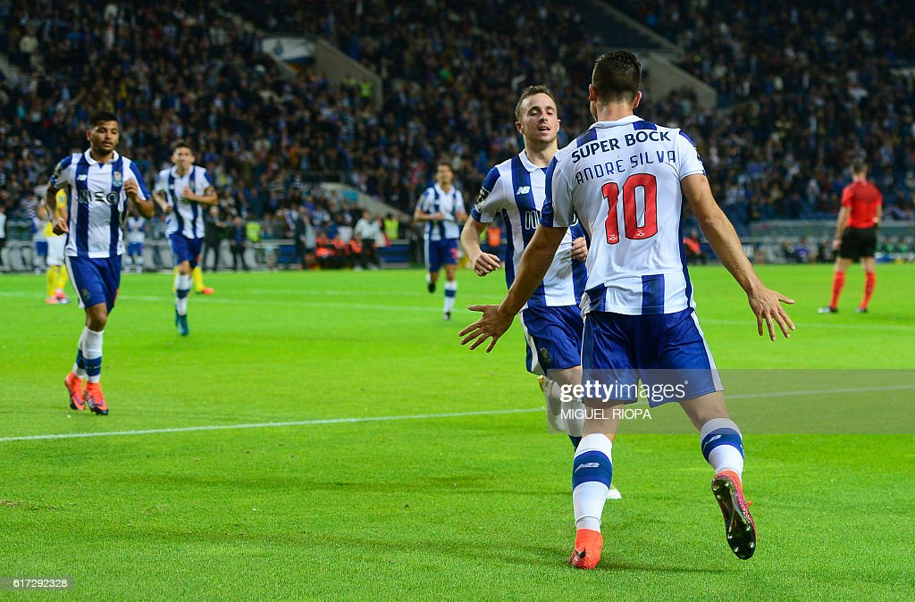 Porto's midfielder Andre Silva (R) celebrates with teammates after scoring a goal during the Portuguese league football match FC Porto vs FC Arouca at the Dragao stadium in Porto on October 22, 2016. Porto won the match 3-0. / AFP / MIGUEL