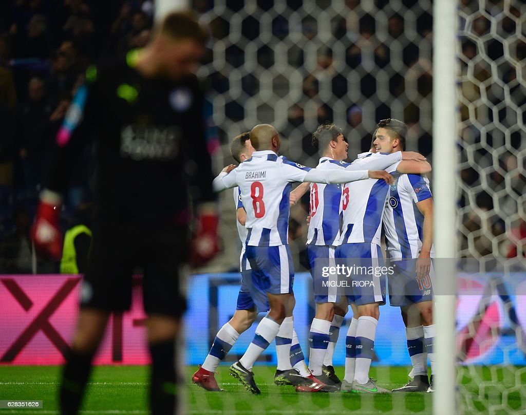 Porto's midfielder Andre Silva (R) celebrates with teammates after scoring a goal during the UEFA Champions League football match FC Porto vs Leicester City FC at the Dragao stadium in Porto on December 7, 2016. / AFP / MIGUEL