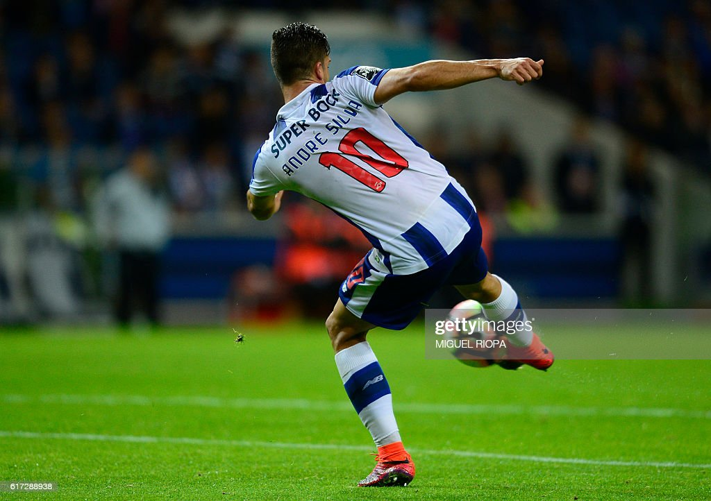 Porto's midfielder Andre Silva kicks the ball during the Portuguese league football match FC Porto vs FC Arouca at the Dragao stadium in Porto on October 22, 2016. Porto won the match 3-0. / AFP / MIGUEL