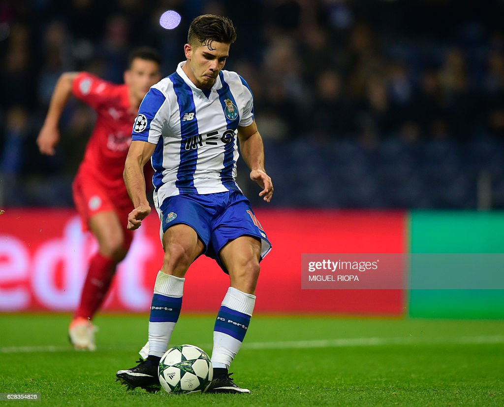Porto's midfielder Andre Silva shoots a penalty kick to score his team's fourth goal during the UEFA Champions League football match FC Porto vs Leicester City FC at the Dragao stadium in Porto on December 7, 2016. / AFP / MIGUEL