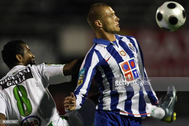 Porto's Polish Przemyslaw Kazmierczak vies with Setubal's Brazilien Elias Silva during their Portuguese Liga football match at Bonfim Stadium in...