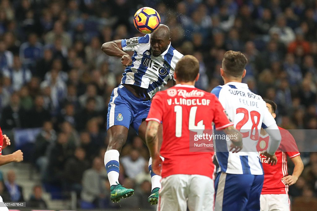 Porto's Portuguese midfielder Danilo Pereira (C) in action during the Premier League 2016/17 match between FC Porto and SL Benfica, at Dragao Stadium in Porto on November 6, 2016.