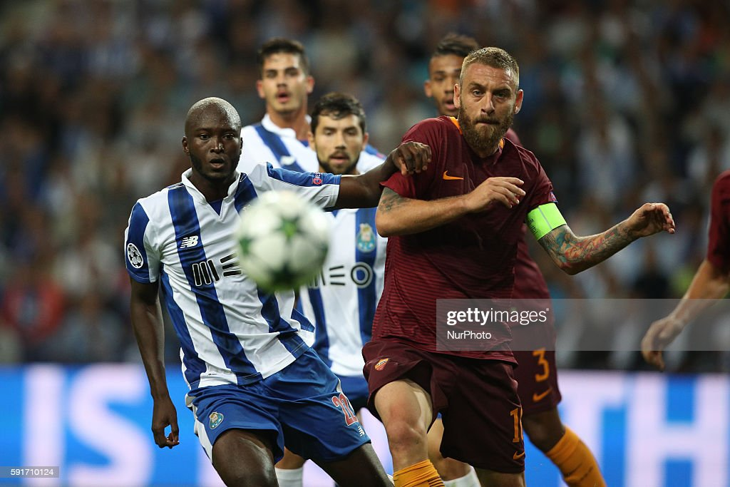 Porto's Portuguese midfielder Danilo Pereira (L) in action with Roma's Italian midfielder Daniele De Rossi (R) during the UEFA Champions League match between FC Porto and AS Roma, at Dragao Stadium in Porto on August 17, 2016.