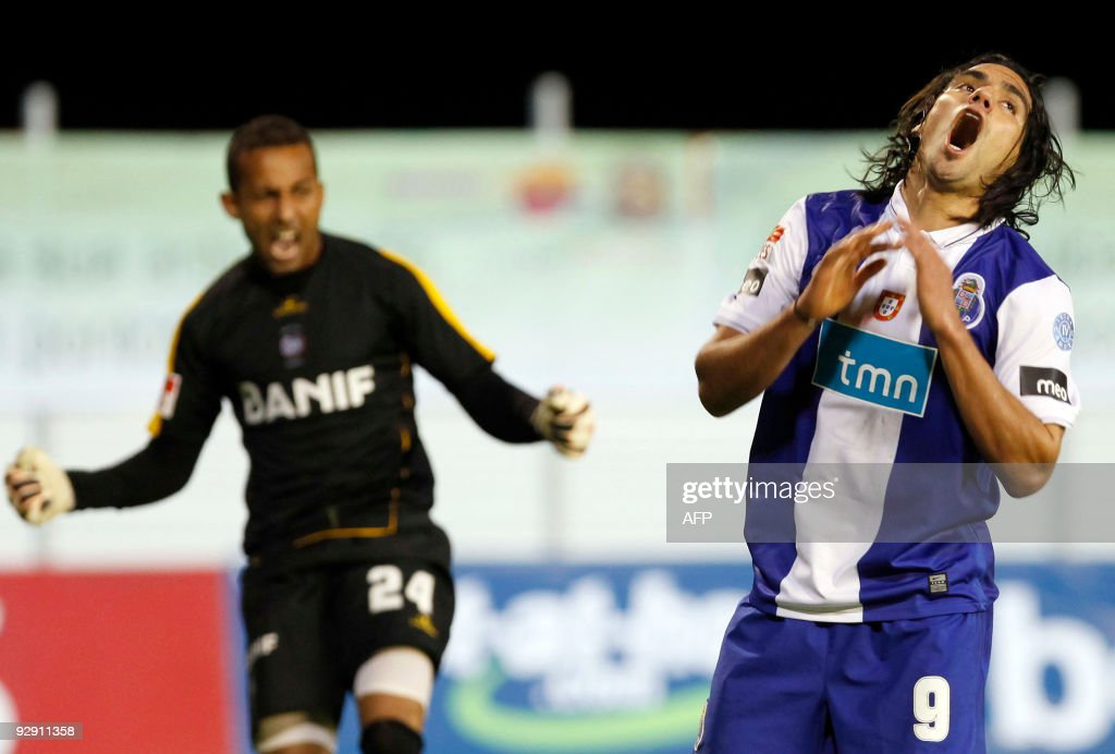 Porto's Radamel Falcao (R) reacts after missing an opportunity to score beside Maritimo's goalkeeper Peterson Pecanha during their Portuguese league football match at Barreiros Stadium in Funchal, on Madeira Island, on November 8, 2009. Maritimo won 1-0.