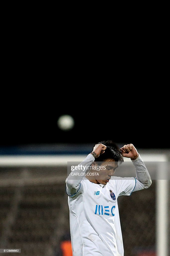 Porto's South Korean forward Suk Hyun-jun celebrates their victory at the end of the Portuguese league football match OS Belenenses vs FC Porto at the Restelo stadium in Lisbon on February 28, 2016. / AFP / CARLOS