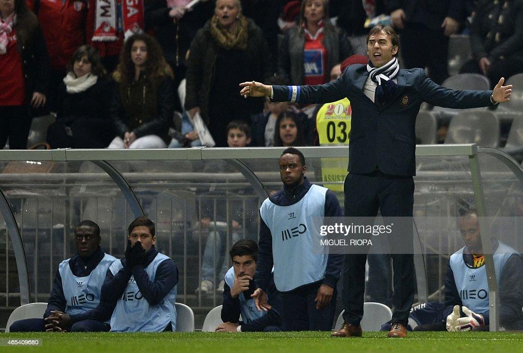 Porto's Spanish coach Julen Lopetegui (R) gestures during the Portuguese league football match SC Braga vs FC Porto at the Municipal stadium in Braga on March 6, 2015. Porto won the match 1-0.