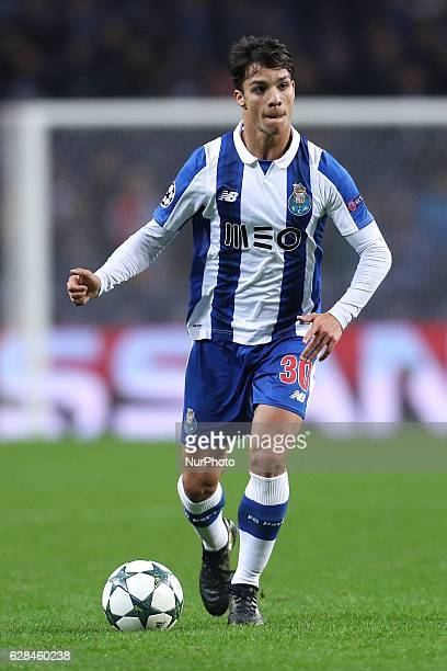 Porto's Spanish midfielder Oliver Torres in action during the UEFA Champions League Group G match between FC Porto and Leicester City FC at Dragao...