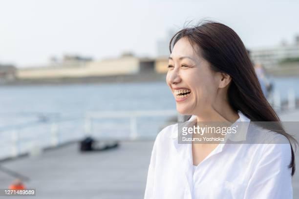 portrait a women on the beach. - 女性 ストックフォトと画像