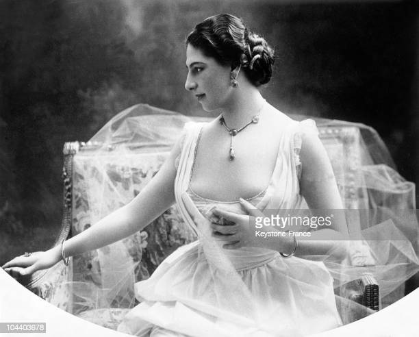 Portrait around 1900 of the famous Dutch dancer MATA HARI in a white dress She reached great success in Paris during the Belle Epoque then became...