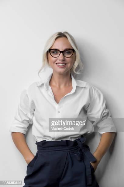 portrait beautiful stylish woman - capelli ossigenati foto e immagini stock