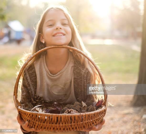 Fille de beauté portrait tenant un panier plein de fruits de la forêt