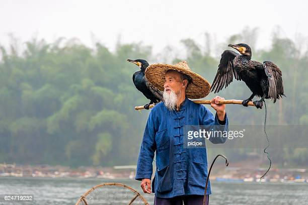 Porträt des chinesischen traditionellen Fischer mit Kormorane Angeln Li River-China