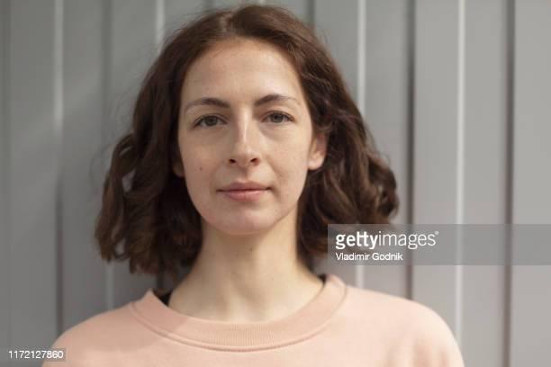 portrait confident, beautiful woman - mujeres de mediana edad fotografías e imágenes de stock