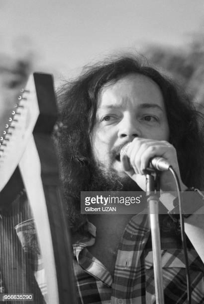 Portrait d'Alan Stivell et sa harpe celtique lors de la Fête du PSU en juin 1975 à La Courneuve France