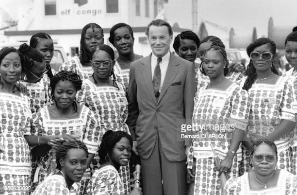 Portrait d'Albin Chalandon président du groupe pétrolier Elf entouré des hôtesses de ElfCongo en mars 1983 à PointeNoire Congo
