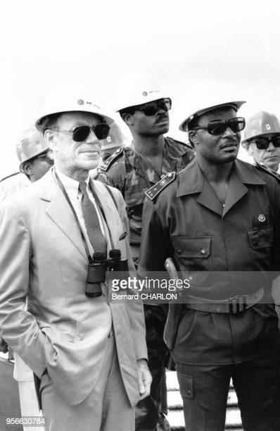 Portrait d'Albin Chalandon président du groupe pétrolier Elf et de Sassou N'Guesso président congolais sur la plateforme de Yanga ElfCongo au large...