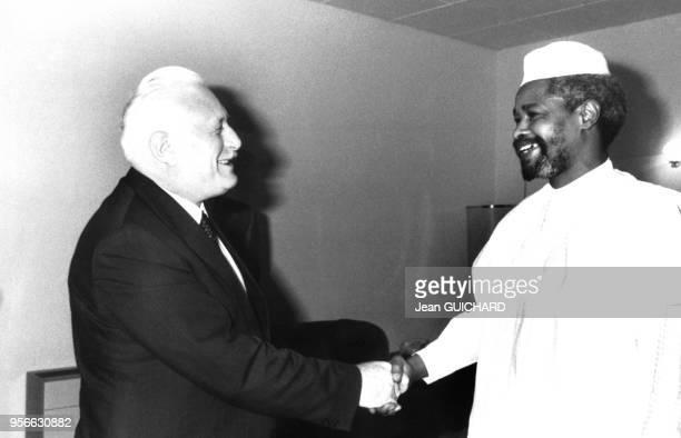 Portrait d'André Giraud, ministre de la Défense français, et de Hissene Habre en janvier 1988 au Tchad.