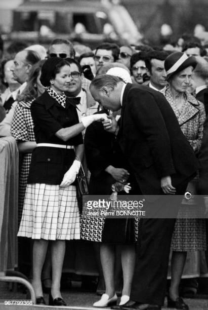 Portrait d'AnneAymone Giscard d'Estaing tendant sa main à baiser à un homme politique lors des cérémonies du 18 juin au MontValérien le 18 juin 1974...