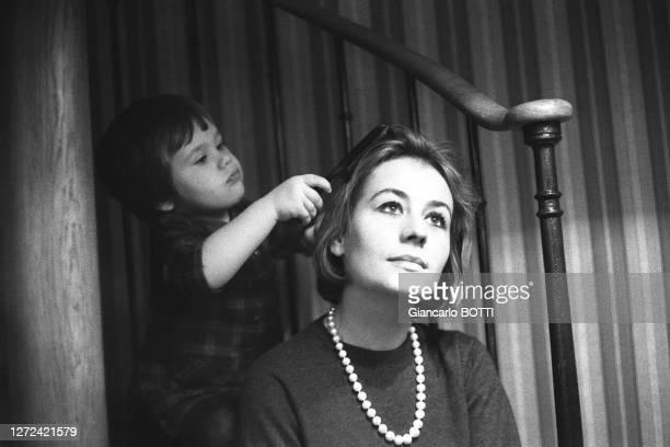 Portrait d'Annie Girardot avec sa fille Giulia, en 1965.
