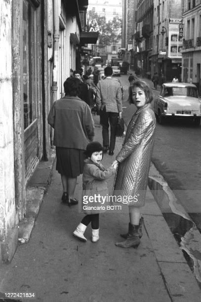 Portrait d'Annie Girardot dans la rue avec sa fille Giulia, en 1965.