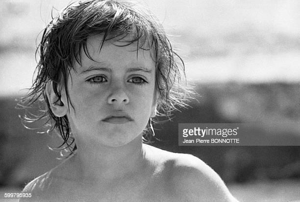 Portrait d'Anthony Delon enfant en vacances avec sa mère Nathalie en juillet 1968 au PylasurMer France