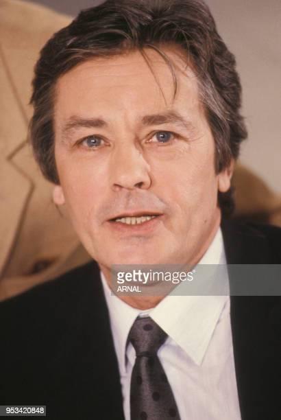 Portrait de Alain Delon lors d'une émission de télévision sur Antenne 2 en décembre 1988 à Paris France